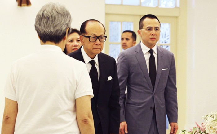 Hong Kong billionaire Li Ka Shing pays his respects to the late former prime minister Lee Kuan Yew next to Ho Ching in Singapore