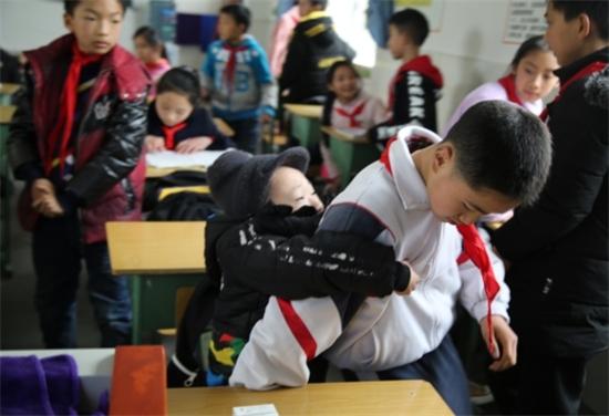 Chine: un garçon transporte au dos son ami handicapé en classe pendant 6 ans
