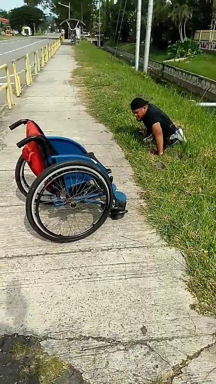Wheelchair-Bound M'sian Rescues Kitten Trapped In Drain, Hailed A Hero By  Netizens